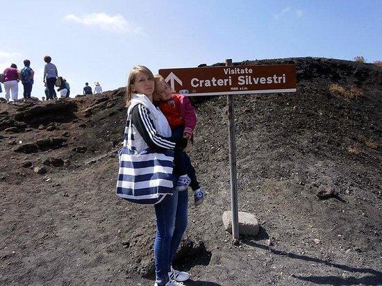 Monte Etna: Лиза с мамой у кратеров Сильвестри