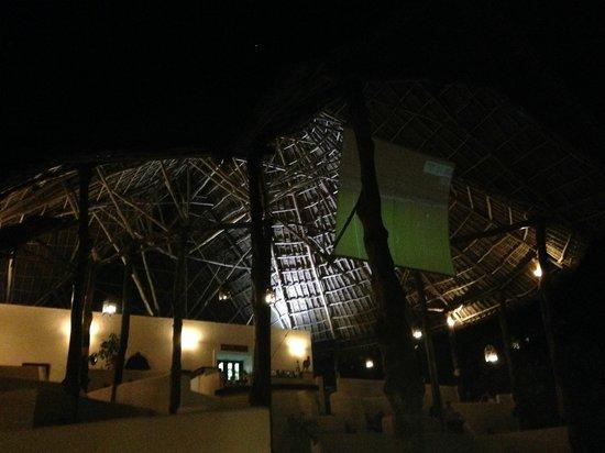 Ocean Paradise Resort & Spa: 夜はネットバーでサッカー観戦も