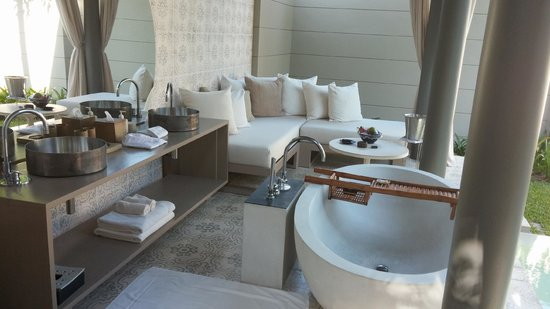 SALA Phuket Resort & Spa: Outdoors Bathroom with cosy seating area ;-)