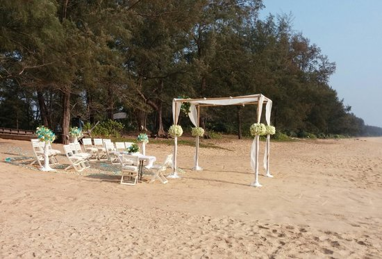 SALA Phuket Resort & Spa: Nice day for a white wedding ! put on by the hotel ;-)
