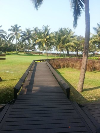 Park Hyatt Goa Resort and Spa: Wooden pathway going to the beach side / restaurant