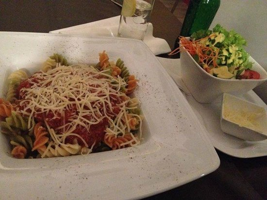 Tulip Inn Antwerpen: Pasta Bolognese with a side salad