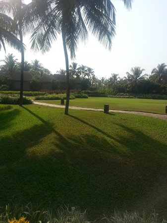 Park Hyatt Goa Resort and Spa: Lawns and pathway !
