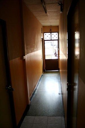 Rainbow Khaosan Hostel and Guesthouse: Corridor outside the room