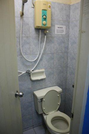 Rainbow Khaosan Hostel and Guesthouse: bathroom