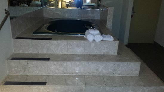 Ramada Plaza Louisville Hotel and Conference Center: Jacuzzi tub