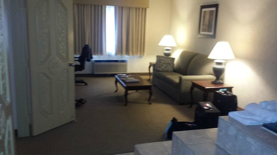 Ramada Plaza Louisville Hotel and Conference Center: Sitting Area w/TV and desk