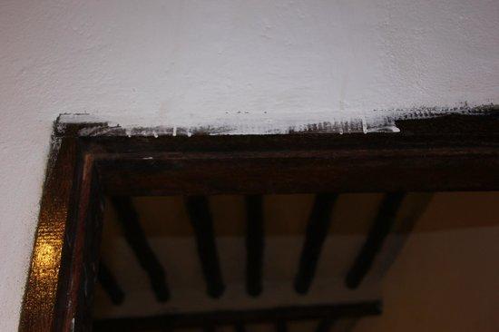 Kichanga Lodge : Peinture qui déborde