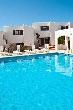 Apartamentos Sa Cornisa: Piscina y apartamentos
