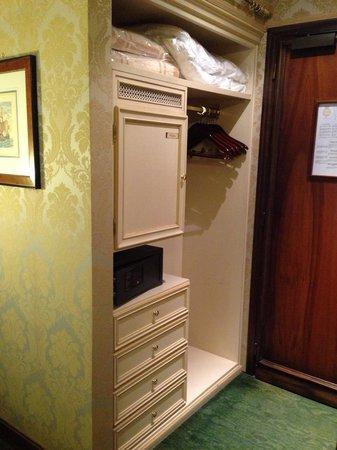 Hotel Savoia & Jolanda : Hotel room safe