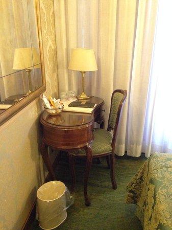 Hotel Savoia & Jolanda : Small desk in the room