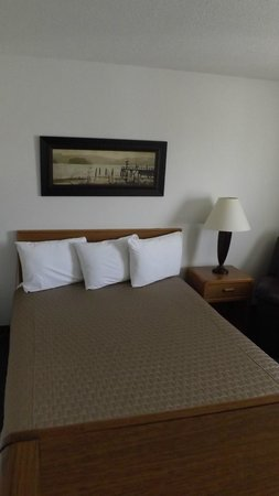 Americas Best Value Inn & Suites Northfield : queen bed room