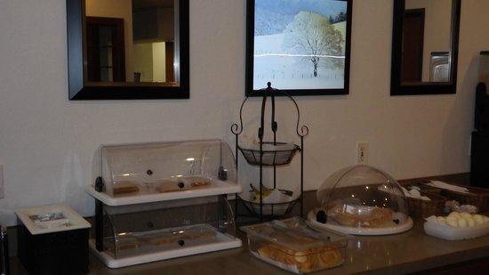 Americas Best Value Inn & Suites Northfield : Part of the breakfast buffett