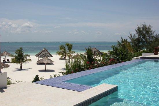 KonoKono Beach Resort: la plage vue de la piscine