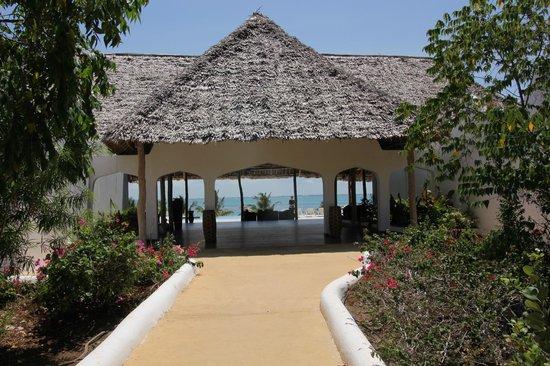 KonoKono Beach Resort: L'allée qui nous conduit à la plage, à la piscine et au restaurant
