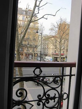 Hotel de la Porte Doree : View trough the window of my room on the first floor