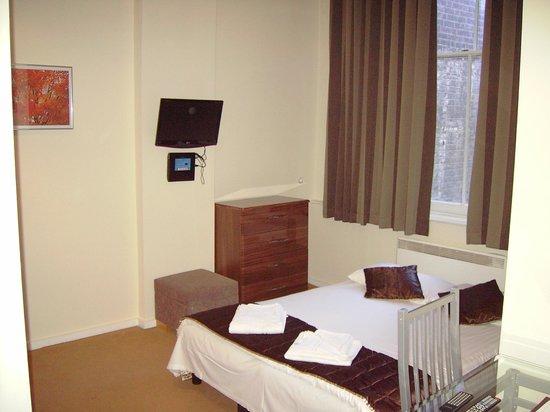 Grand Plaza Serviced Apartments : salon côté court - un lit en plein milieu!?