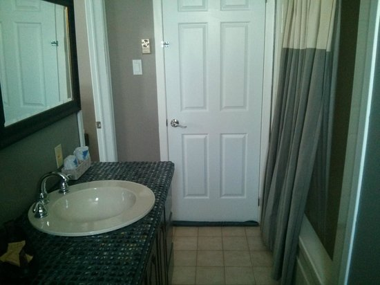 Abadin Bed and Breakfast: King Size Room Bathroom