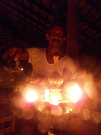 Kandy Samadhi Centre : dineren bij het licht van olielampjes