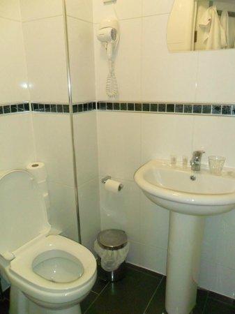 Saba Hotel London : Bagno piccolo, ma pulito
