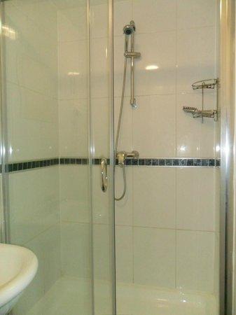 Saba Hotel London: Bagno piccolo, ma pulito