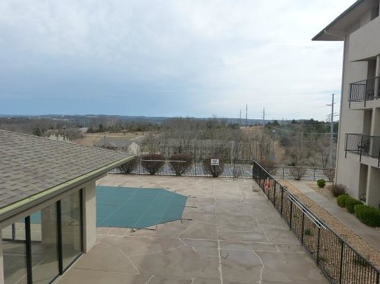 Holiday Inn Express Hotel & Suites Branson 76 Central : View from balcony to pool and spa