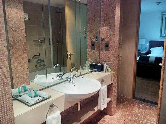 BurJuman Arjaan by Rotana - Dubai: Bathroom
