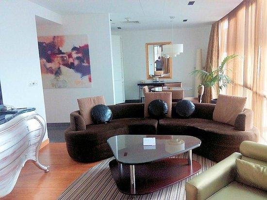BurJuman Arjaan by Rotana - Dubai: Living area and kitchenette