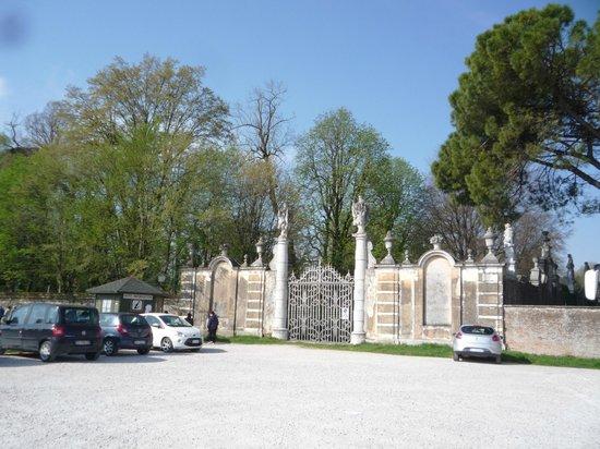 Museo Nazionale di Villa Pisani: Parcheggio