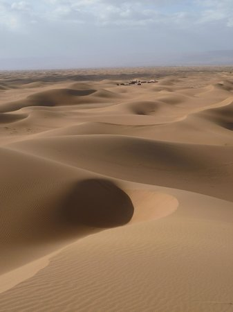 Maroc Nature: On the dunes looking back at our Bedouin home for the night