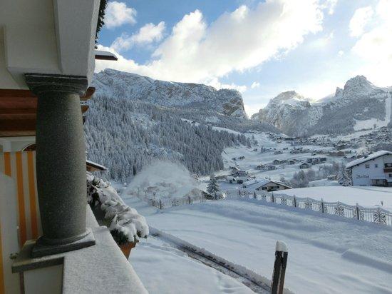 Granvara Relais & Spa Hotel: Blick vom Balkon aufs verschneite Wolkenstein