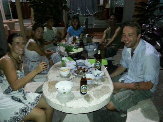 Jomtien Hostel Hotel: A bbq with the staff & some guests