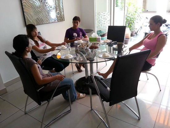 Jomtien Hostel Hotel: The kitchen/dining area.. Breakfast with the lovely staff