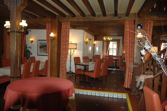 Le Relais du Marquis: entrée restaurant depuis taverne