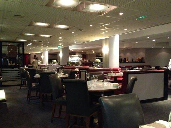 Hyatt Regency Paris Étoile: Restaurant vide à mon arrivée