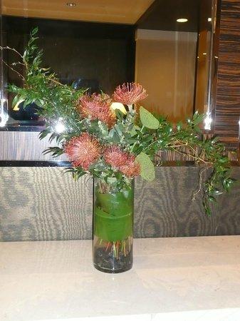 Sheraton Seattle Hotel: Nice flower arrangements in foyer
