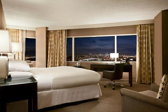 Hilton Meadowlands : King Bed City View