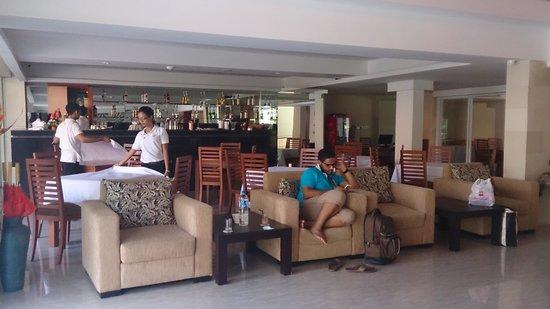 The Sun Hotel & Spa: lobby and restaurant