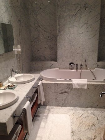Tomtom Suites: Bathroom room number 34 with jaccuzzi bathtub (we don't see but there is also an independant sho
