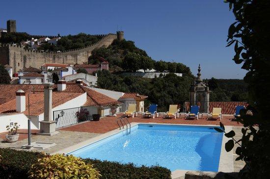 Hotel Real D'Obidos: Zona da Piscina com vista para as muralhas