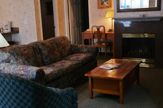 Grass Valley Courtyard Suites: Relax in the living room of a Luxury Suite