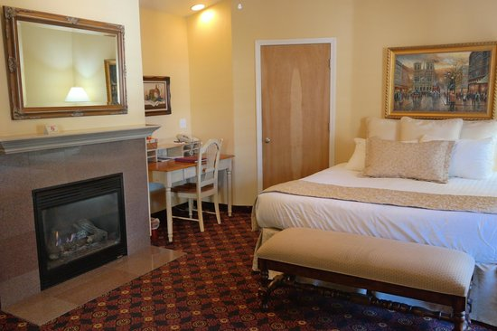 Grass Valley Courtyard Suites: Unwind by the fireplace