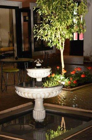 Les Borjs de la Kasbah : Courtyard at night
