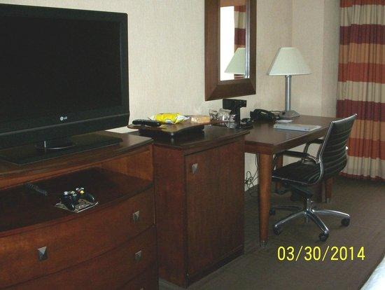 Hampton Inn Manhattan-Times Square North: TV, Refrigerator and Desk