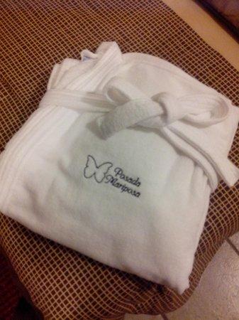 Hotel Boutique Posada Mariposa : la bata de baño con las pantunflas
