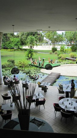 Le Meridien Tahiti: Breakfast area by the water and flower garden feature
