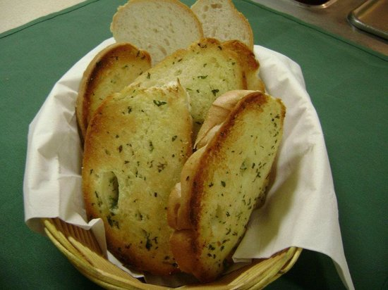 Carmelo's Italian Restaurant: Our garlic bread