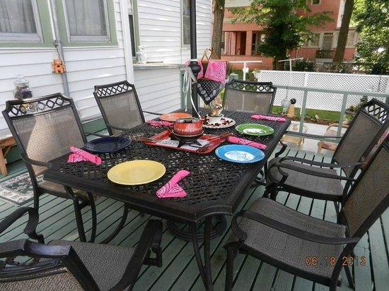 Red Oak Inn B&B : Picnic Lunch on the patio