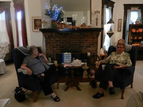 Red Oak Inn B&B : Old Friends enjoy time together in the living room