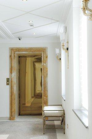 Golden Tower Hotel & Spa: Corridor